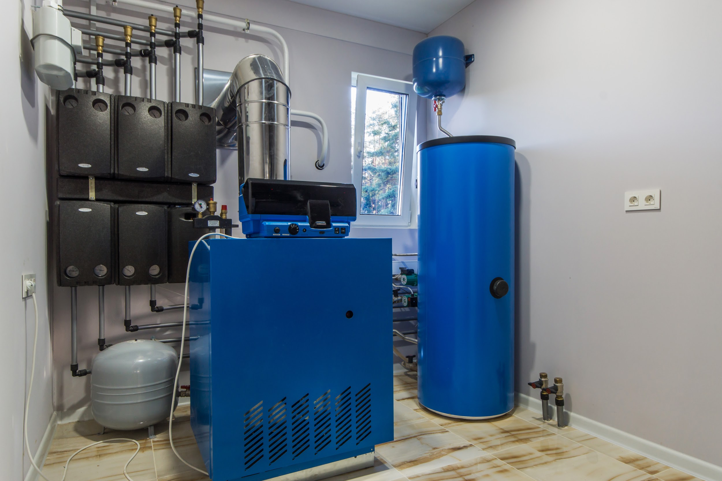 Heating system with hot water thermal storage tank